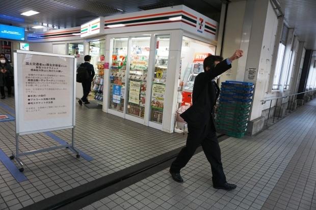 11月27日、冬ボーナス大幅カット反対!五日市駅を拠点にストライキを打ち抜く(写真報告)_d0155415_13592306.jpg
