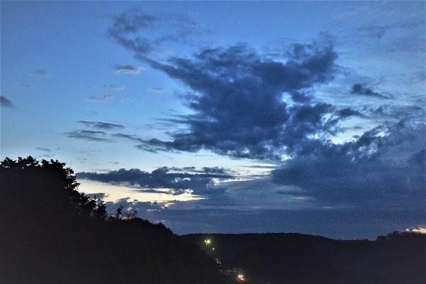 東空はの空に厚い雲_e0119218_09522913.jpg