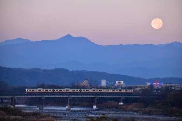 八高線・多摩川鉄橋と残月_f0173596_09262295.jpg