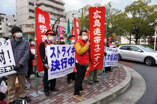 11月27日、冬ボーナス大幅カット反対!五日市駅を拠点にストライキを打ち抜く(写真報告)_d0155415_00235868.jpg