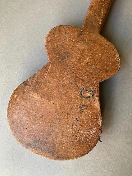 アフリカのギター_e0111789_10513502.jpeg