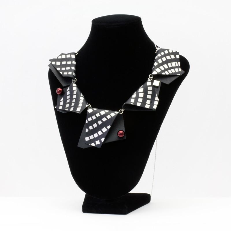 ファンタジー 蒔絵のアクセサリー レザーネックレス モザイク プラチナ箔 伝統工芸から生まれたファンタジーをまとうブランド マドマドこれくしょん mado mado collection Fantasy MAKIE accessories leather necklace Platinum Mosaic ブラックレザーにプラチナ箔で石畳を思わせる幾何学モチーフを描いたオブジェのような立体的で高級感のある斬新なアイテム、素材がレザーなので思いの外軽く楽に身につけていただけ、様々なコーディネートを楽しんでいただけます。 #ネックレス #necklace #レザーネックレス #LeatherNecklace #牛革のネックレス #斬新なデザイン #モザイク柄 #革のアクセサリー #軽さを実感 #身につける漆 #坂本これくしょん