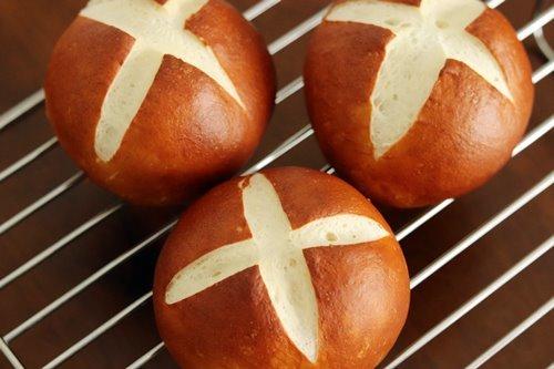 もちもちパン用粉でラウゲンロール_a0165538_08435957.jpg