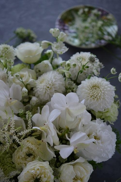 白い花のお供えアレンジメント_e0366442_11291533.jpg
