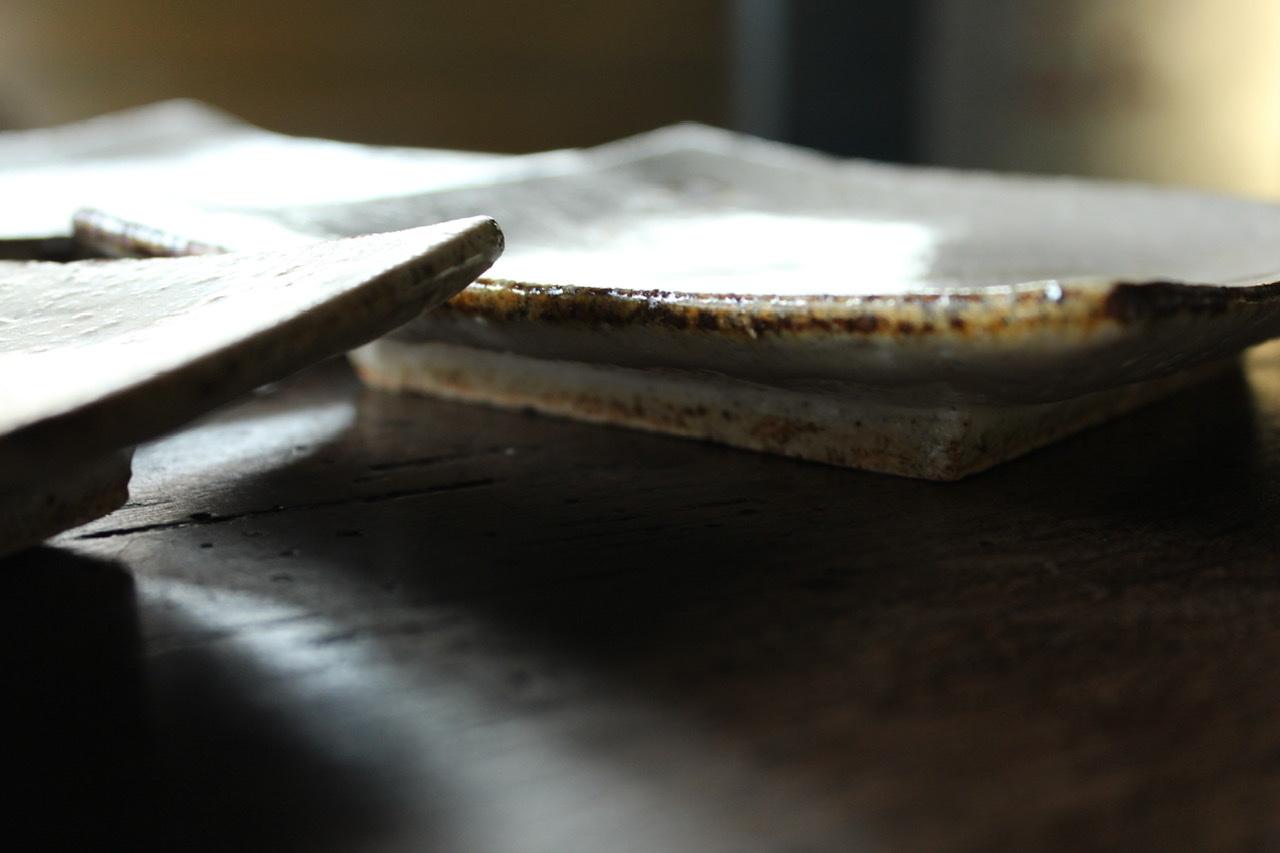 半泥子廣永窯(蔵出し)   白がけ鉄絵角皿_c0237627_17245545.jpeg