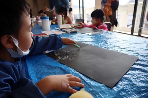 やと子ども美術教室 ~ 宇宙を描く ~_e0222340_13542220.jpg