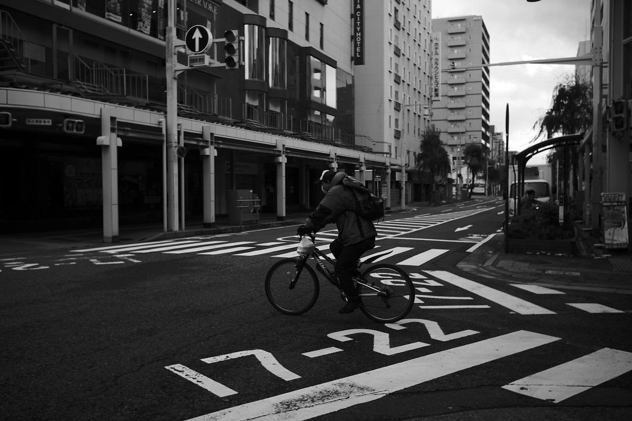 確かに急いで歩く人はいるが、人の出は少ないね・・・20201216_c0082800_23161525.jpg