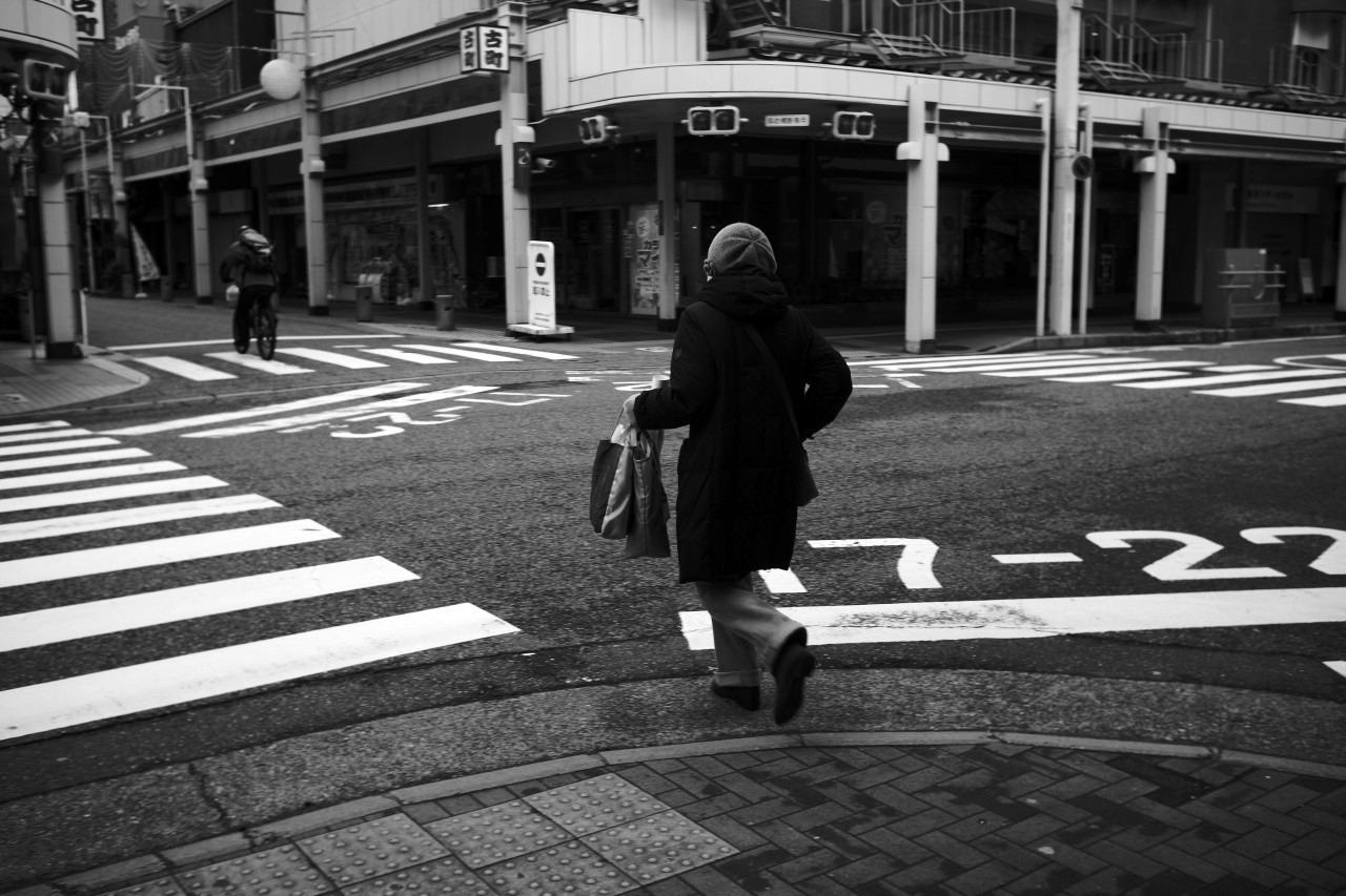 確かに急いで歩く人はいるが、人の出は少ないね・・・20201216_c0082800_23161567.jpg