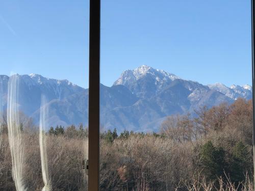 甲斐駒ケ岳の雪が連日の日本海側からの寒気で吹雪が、続いてますます、白くなりました。_d0338282_11181486.jpg