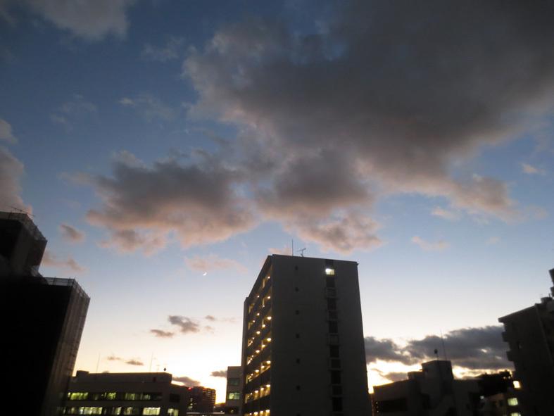 ■「孤独になるには」加藤典洋詩、そして雲と月の居る夕空──週替わりの夕暮れ[12/17・19・20]_d0190217_21443737.jpg