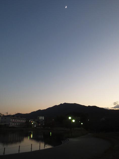 ■「孤独になるには」加藤典洋詩、そして雲と月の居る夕空──週替わりの夕暮れ[12/17・19・20]_d0190217_21465481.jpg