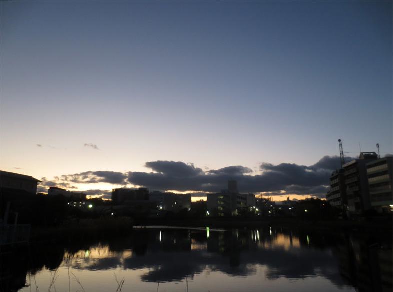 ■「孤独になるには」加藤典洋詩、そして雲と月の居る夕空──週替わりの夕暮れ[12/17・19・20]_d0190217_21475813.jpg