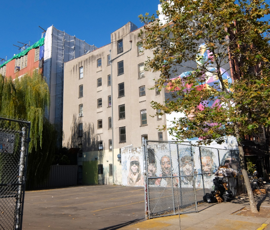 15年以上経ても残るニューヨークの駐車場に描かれた壁画_b0007805_03002711.jpg