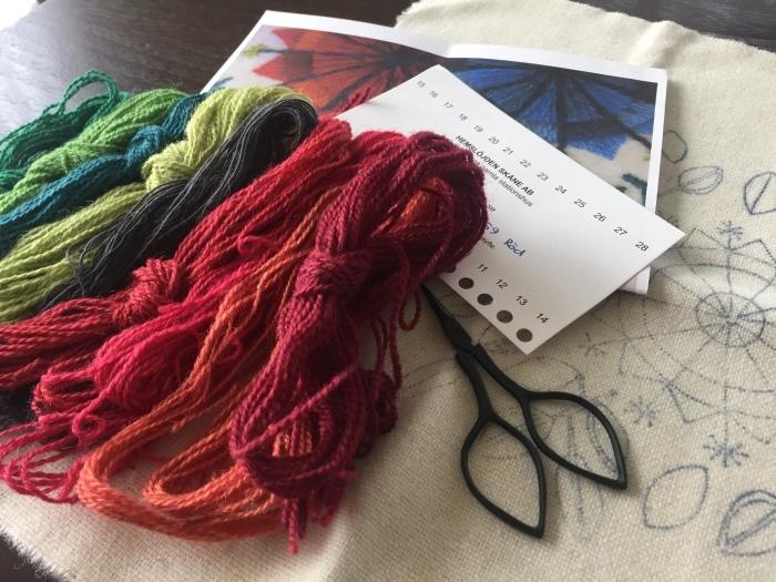 ウール刺繍のクッションカバー(赤)_b0068643_07505471.jpeg