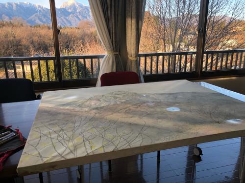 今季、サプライズで、絵描きさんが来てくれました。アトリエで、甲斐駒ケ岳、を描いてくれました。_d0338282_10330591.jpg