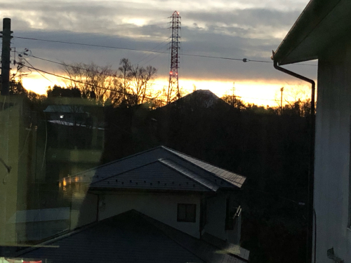 今季、サプライズで、絵描きさんが来てくれました。アトリエで、甲斐駒ケ岳、を描いてくれました。_d0338282_10330636.jpg