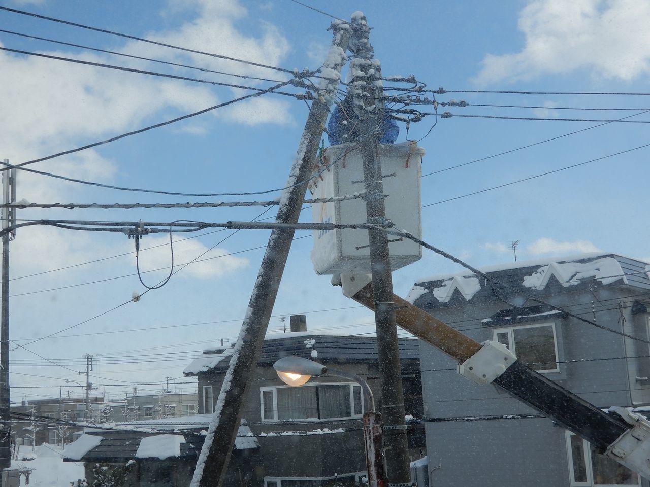 昼になっても消えない街路灯の修理_c0025115_21394202.jpg