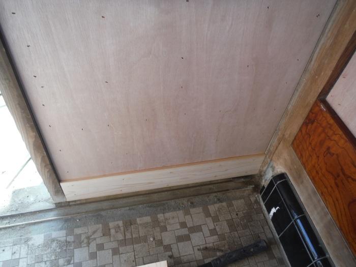 玄関の内装工事 ~ 母屋の玄関壁の板張り。_d0165368_08154108.jpg