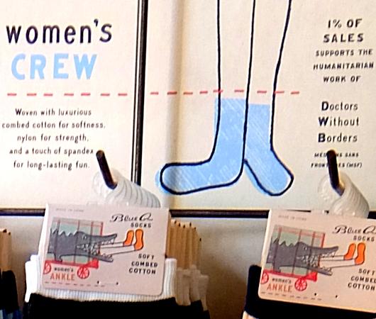 今のアメリカ社会のトレンドを反映する「ブルーQ」(Blue Q)の靴下など_b0007805_23402753.jpg