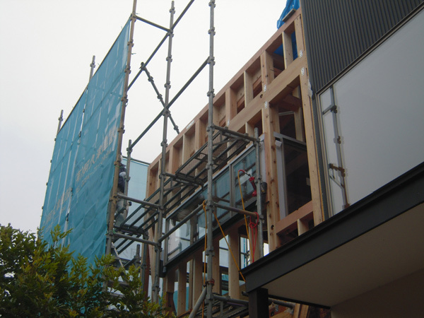 HOUSE-TKTは屋根・サッシ取付完了!_c0148401_18313467.jpg