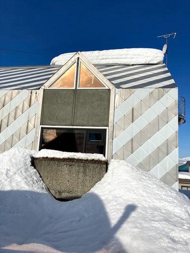 三角屋根の残雪_c0189970_08254115.jpg