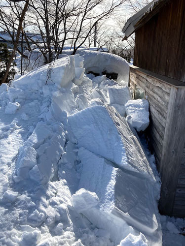 三角屋根の残雪_c0189970_08323386.jpg
