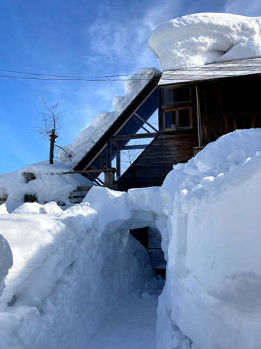 三角屋根の残雪_c0189970_08362139.jpg