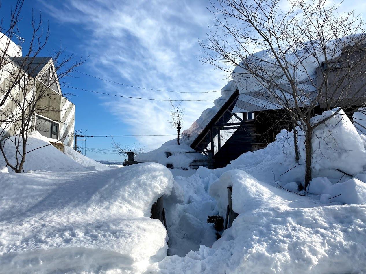 三角屋根の残雪_c0189970_08364948.jpg
