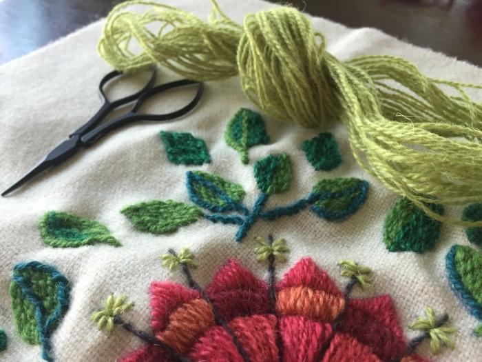ウール刺繍のクッションカバー(赤) 3_b0068643_08164932.jpeg