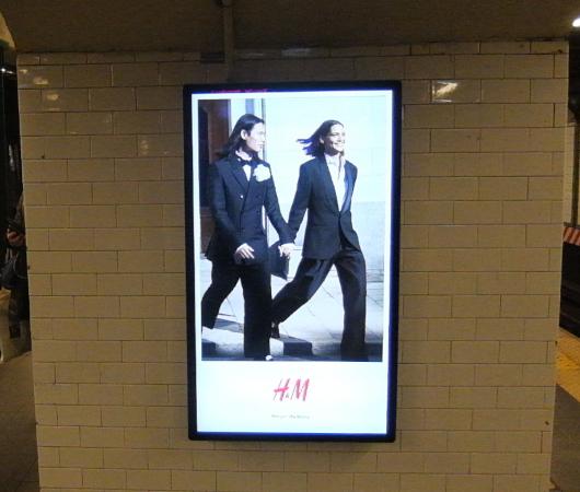 ミラー(Mirror)の広告がNYの地下鉄駅ホームをジャック_b0007805_21444403.jpg
