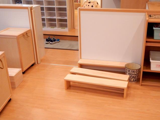 都内保育園での施工例:下駄箱:シンプルなベンチ:短冊状の積み木_c0138410_14500716.jpg