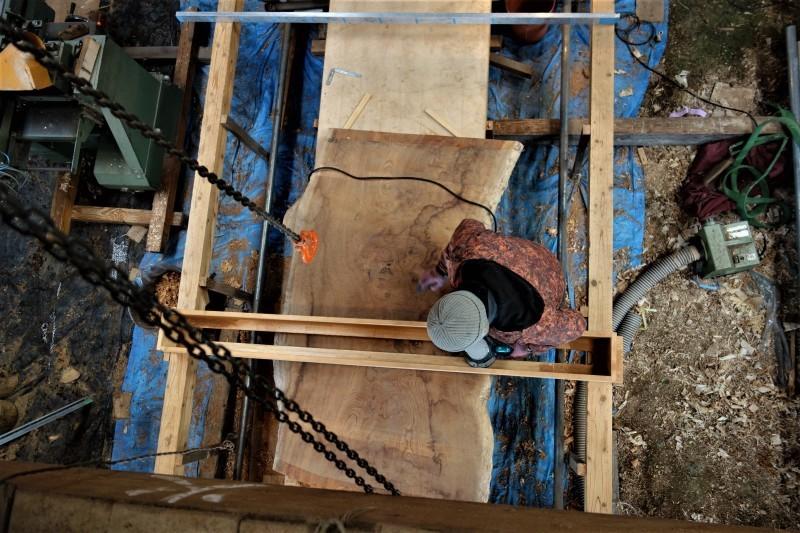 欅一枚板 大工さん平面出し 簡易型全手動?ランニングプレーナー_e0156341_07283237.jpg