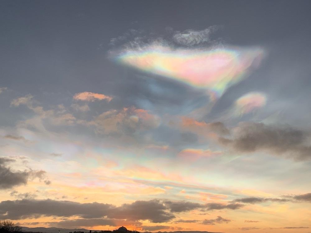 レイキャビクの空に漂う真珠母雲_c0003620_03083609.jpeg