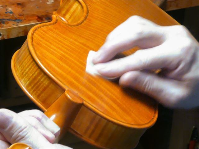 ヴァイオリンのニス、磨き作業のご紹介_d0047461_05464832.jpg