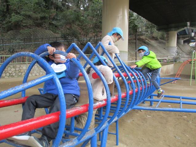 避難訓練・すみれ組、散歩に出かけました。_e0209845_18570746.jpg