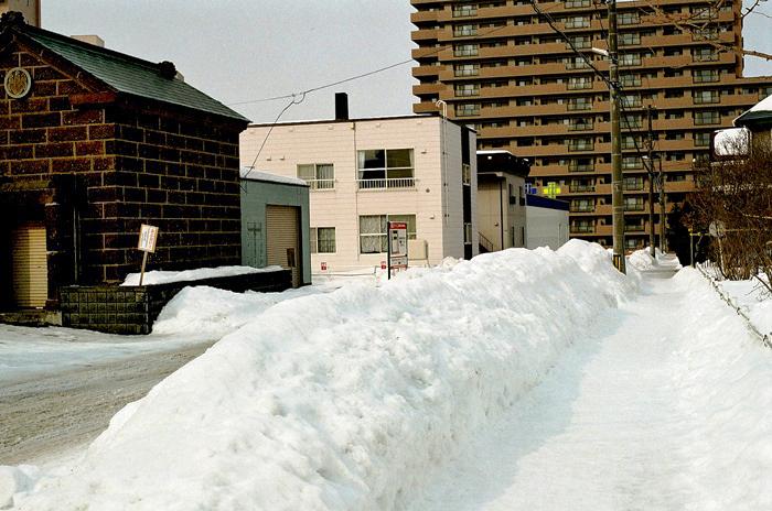 目の高さの路肩の雪とマンション駐車場ゲイト_c0182775_11580548.jpg