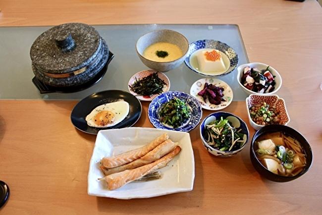 休日のブランチに「麦とろ鮭ハラス定食」と「めかじき焼き定食」_a0223786_16354537.jpg