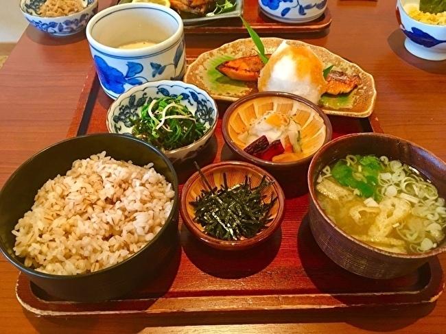 休日のブランチに「麦とろ鮭ハラス定食」と「めかじき焼き定食」_a0223786_16355798.jpg
