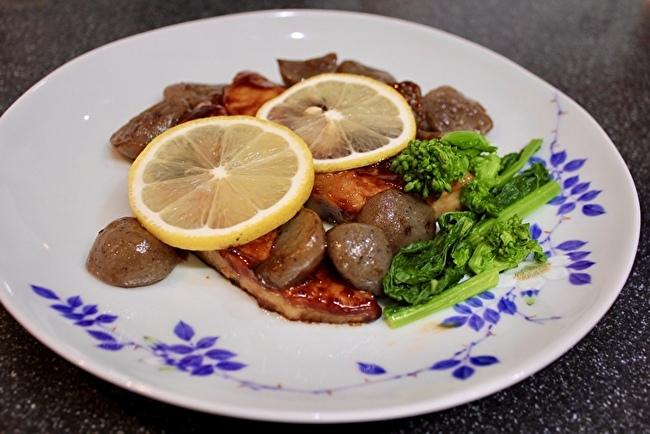 休日のブランチに「麦とろ鮭ハラス定食」と「めかじき焼き定食」_a0223786_16360544.jpg