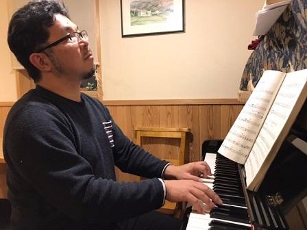 春の陽気。夜、ピアニスト新屋満規さんのジャズ演奏_e0130185_23393086.jpg