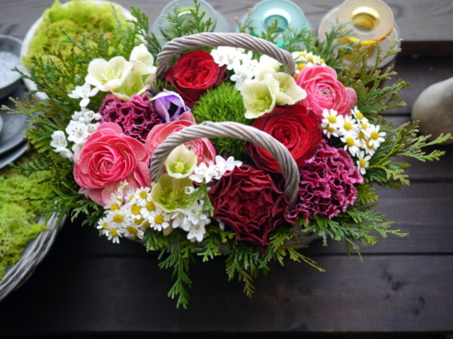 お母様の還暦のお祝いにアレンジメント。真駒内曙町にお届け。2021/02/21。_b0171193_11501545.jpg