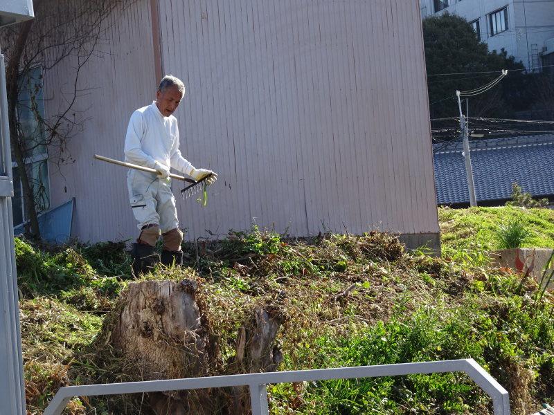 前の土手の草刈りの手伝い_c0108460_14164189.jpg