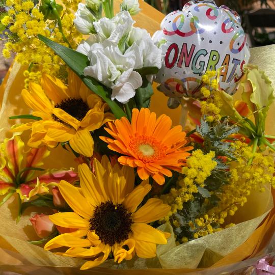 地元高校生の皆さんの、ご卒業お祝いの花束です♪♪_e0156650_10442840.jpg