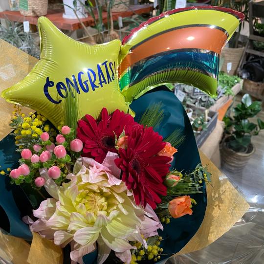 地元高校生の皆さんの、ご卒業お祝いの花束です♪♪_e0156650_10444291.jpg