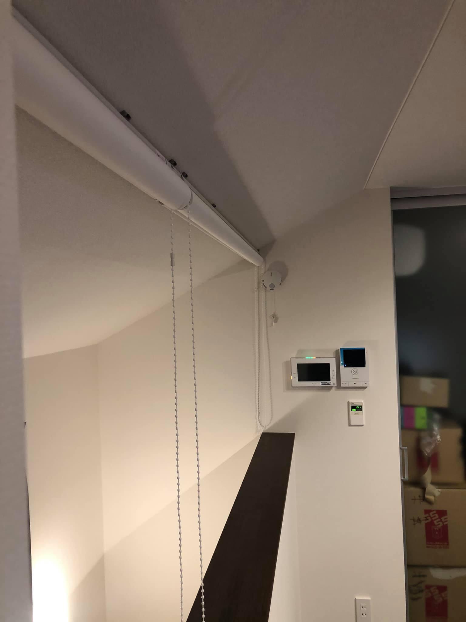 難易度MAXな階段ホールの間仕切りロールスクリーン_e0133255_18011757.jpg