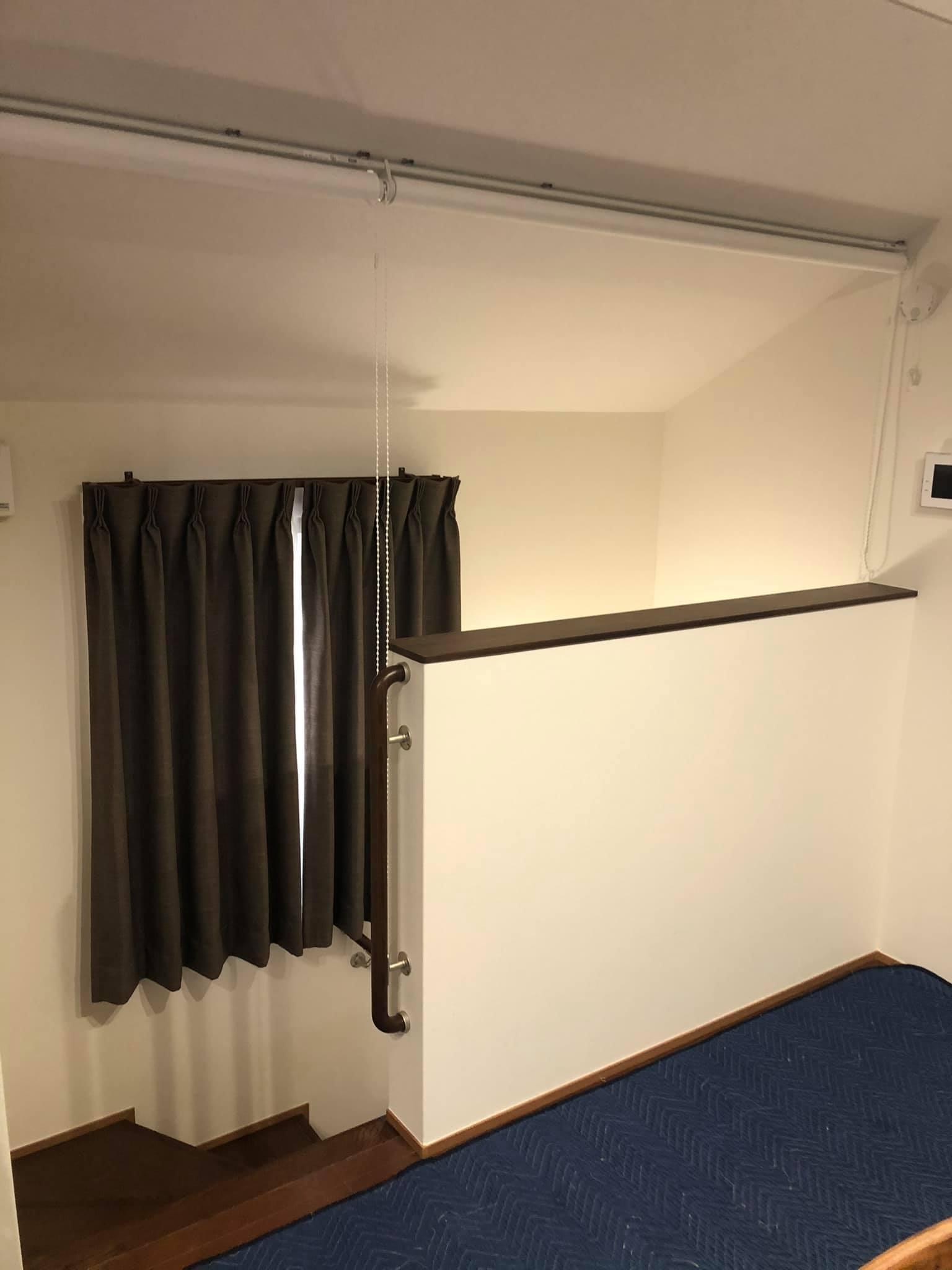 難易度MAXな階段ホールの間仕切りロールスクリーン_e0133255_18012939.jpg