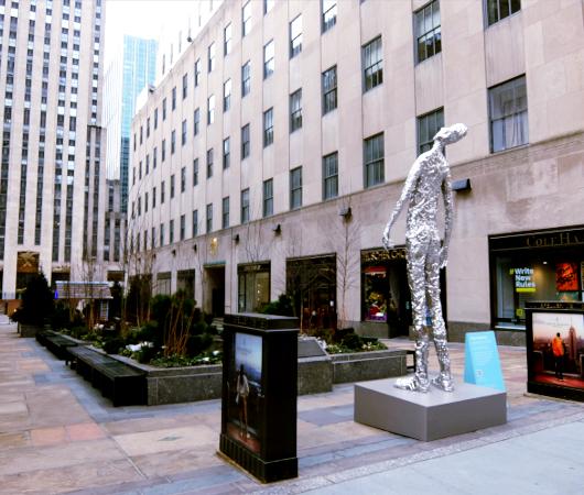 """ロックフェラー・センターに『見上げる』アート、""""Looking Up"""" by Tom Friedman_b0007805_23072981.jpg"""
