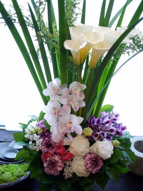 お祖母様の四十九日にアレンジメント。「背高め。淡ピンク~淡紫~大きめの白いお花等」。川沿12条にお届け。2021/02/23。_b0171193_10153004.jpg
