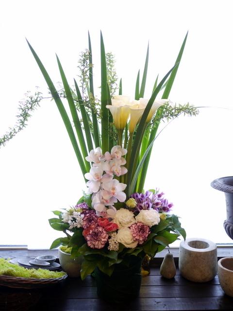 お祖母様の四十九日にアレンジメント。「背高め。淡ピンク~淡紫~大きめの白いお花等」。川沿12条にお届け。2021/02/23。_b0171193_10153068.jpg