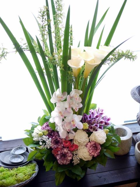 お祖母様の四十九日にアレンジメント。「背高め。淡ピンク~淡紫~大きめの白いお花等」。川沿12条にお届け。2021/02/23。_b0171193_10153114.jpg